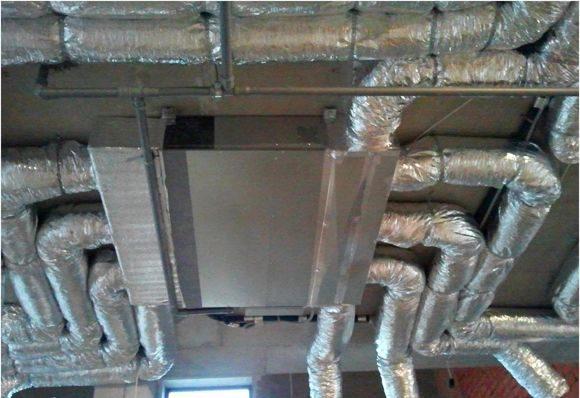 Существует теория, что в офисных зданиях для более качественного охлаждения воздуха в помещение нужно использовать многочисленное количество кондиционеров. Но это совершенно бессмысленно и нецелесообразно. Во-первых, это серьёзно ударит по счетам за электроэнергию. Во-вторых, это крайне сложно сделать с технической точки зрения. Лучшего всего для большого здания подойдёт канальный кондиционер. Его установка и монтаж зависит от […]